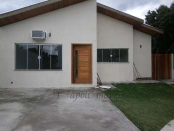 Linda casa em condomínio fechado em área nobre.