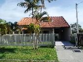 Casa com piscina em Shangri-lá (41)3457-5484