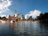 Casa do lago e prédios perspec