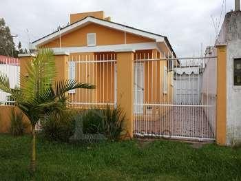 Boa casa bem localizada a uma quadra da avenida