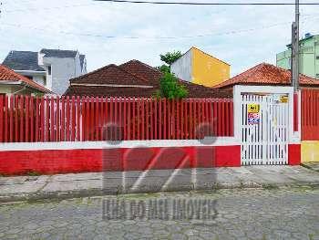 2430IP/ Casa central. 3 quartos, 2 quadras do mar!