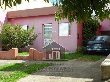 Casa residencial em rua calçada.