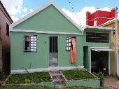 Casa residencial com pátio todo murado.