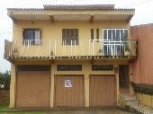 Casa de três pisos em bairro calmo