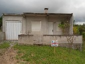 Casa de moradia com terreno grande.