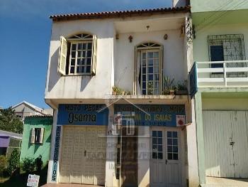 Casa de dois pisos em região central.