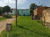 Duas casas edificadas no mesmo terreno.