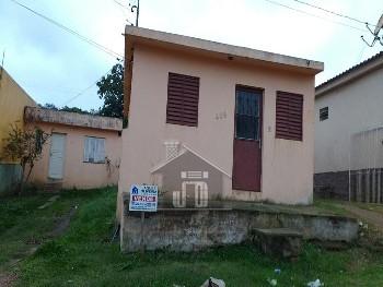 Duas casas construídas sobre o mesmo terreno.