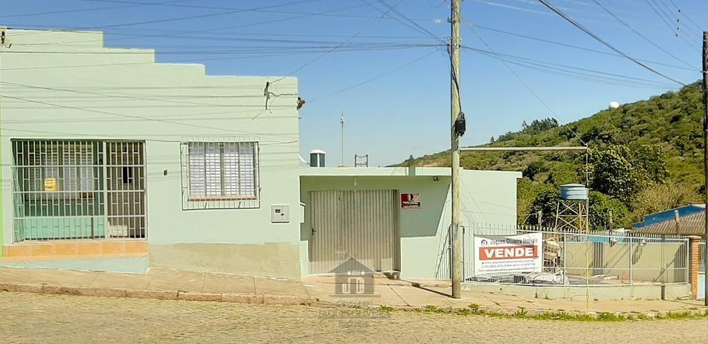 Casa de moradia com 04 dormitórios.