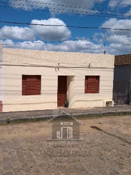 Casa localizada em rua calçada.