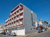 Prédio de esquina com estrutura completa de hotel.