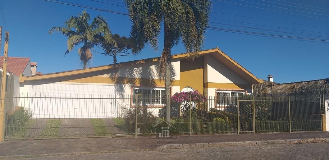 Casa 03dormitorios, suíte, garagem 06 veículos.