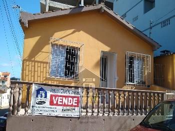 Casa 02 dormitórios de esquina no Centro