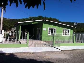 CASA COM 3 QUARTOS, LOCAL FAMILIAR E TRANQUILO.