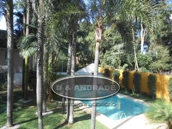 Casa linda com jardim e piscina! Região nobre!