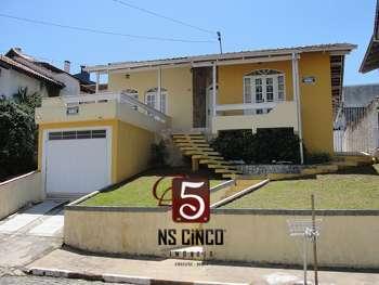 CASA 01 SUÍTE E 02 DORMITÓRIOS NO CENTRO.