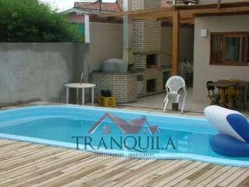 Ótima casa semi-nova com piscina.