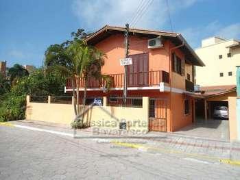 Casa na praia de Bombinhas para at� 6 pessoas.
