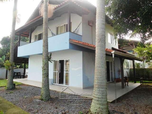Casa na quadra do mar em Zimbros.