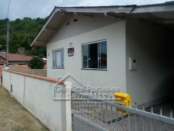 Casa 02 dormit�rios Av. principal de Zimbros
