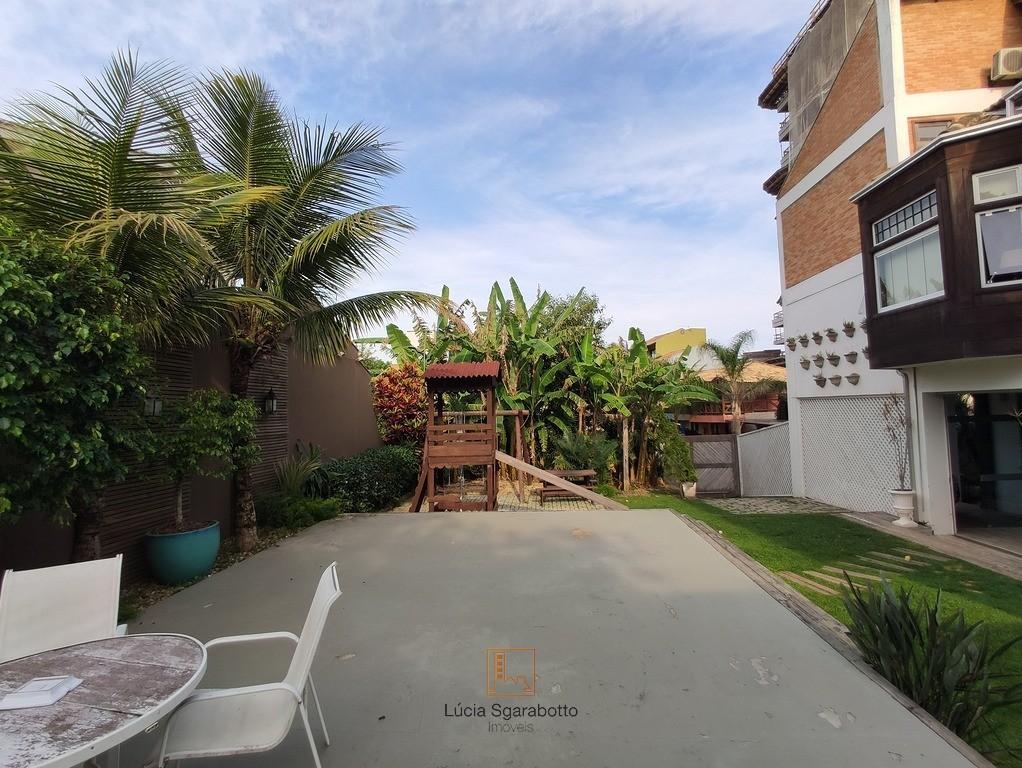 Casa com parquinho e gramado Praia Brava-SC