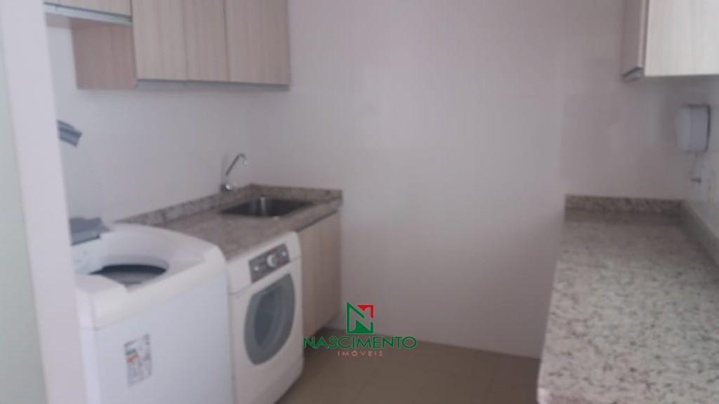 Ampla lavanderia com móveis