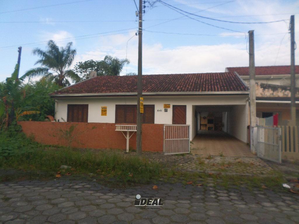 Casa com piscina no litoral em Ipanema