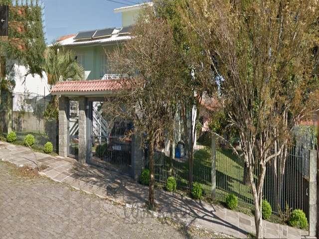 Casa de dois pisos com 2 terrenos . Imperdível