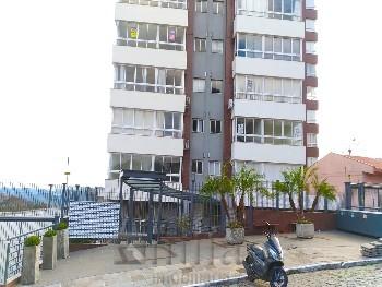 Apartamento com 3 dormitórios e 2 garagens.